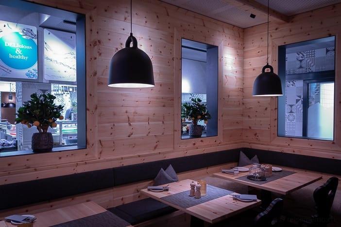 """""""Chalet"""" Restaurant und offene Küche im Hintergrund"""