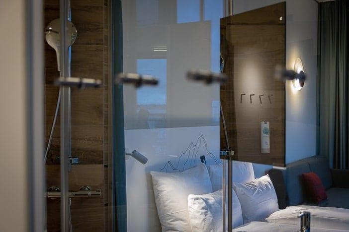 Dusche im Superior Hotelzimmer des a-ja City-Resorts Zürich