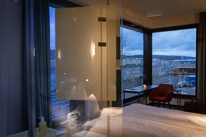 Superior Zimmer das a-ja City-Resorts mit Aussicht nach Süden auf die Geleise bei Altstetten