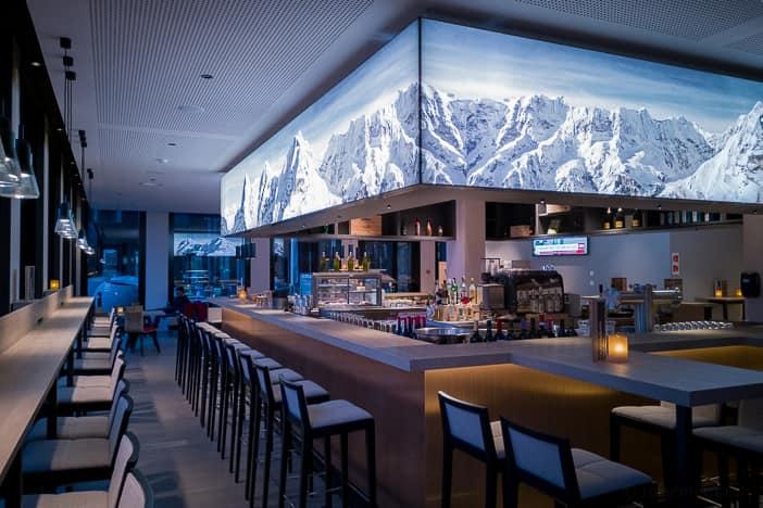 Hotelbar mit Alpenpanorama Eiger, Mönch und Jungfrau im Berner Oberland