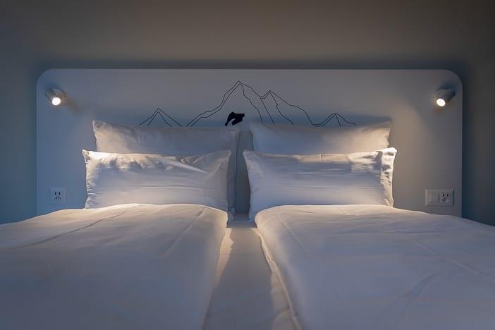 Hotelbett im Superior Zimmer des a-ja Resorts Zürich