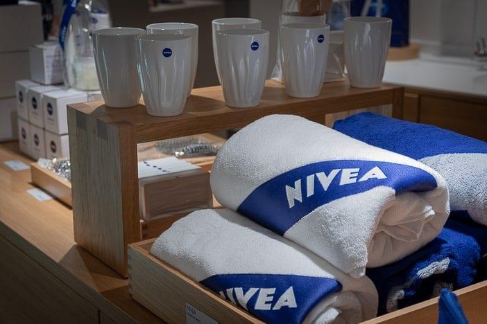 Niveabadetücher und Merchandising im Nivea Haus Zürich-Altstetten