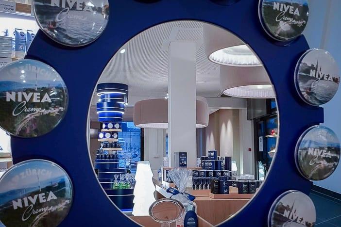 Niveaspiegel mit personalisierten Niveadosen im Nivea-Haus Zürich