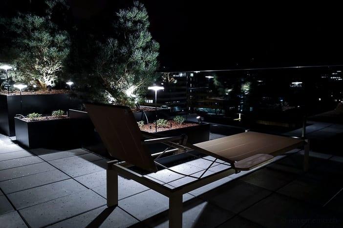 Ruheliege vor der Aussensauna im a-ja City-Resort Zürich