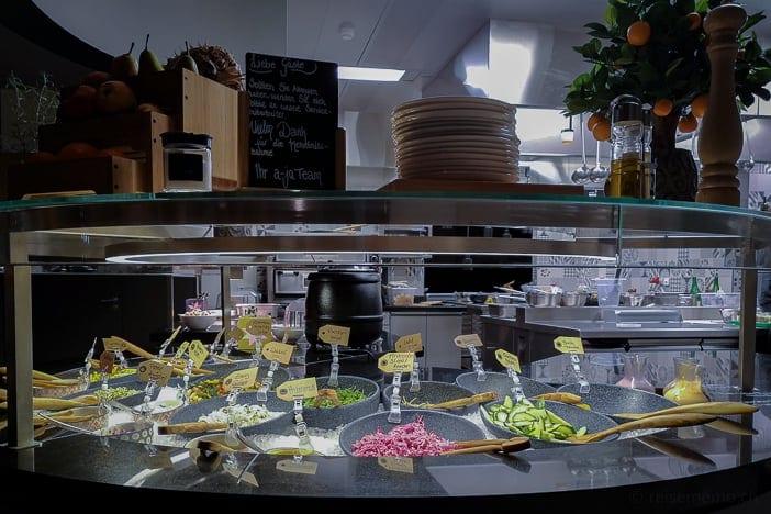 Salatbuffet und offene Küche im DELI-Restaurant