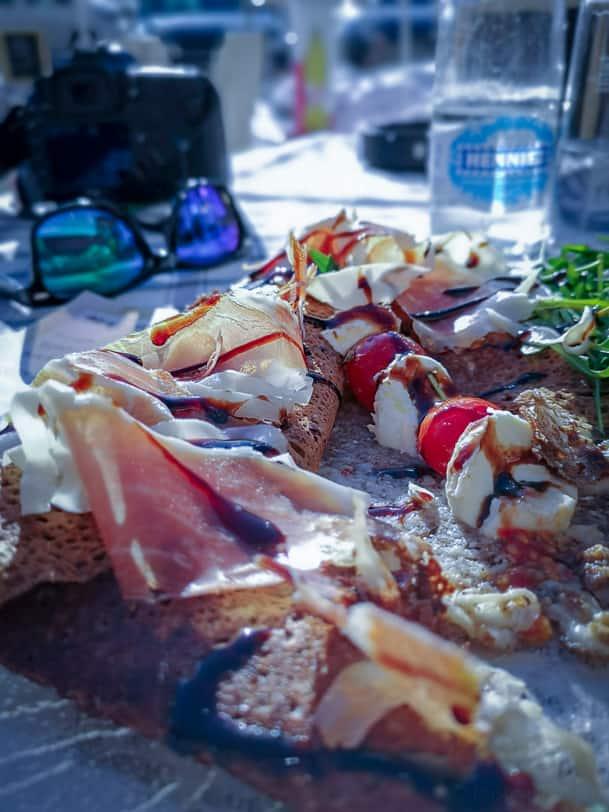 Mittagsteller Galettes de Sarrasin im Restaurant Les Bergers in Siviez