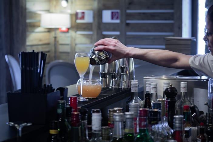 Welcome-Drink an der Bar des Hotels Nendaz 4 Vallées & Spa