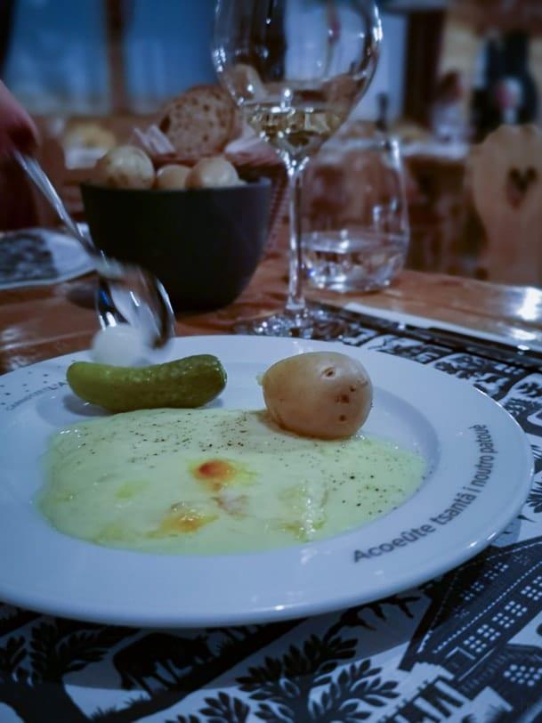 Racletteteller im Restaurant Carnotzet L'Aigle