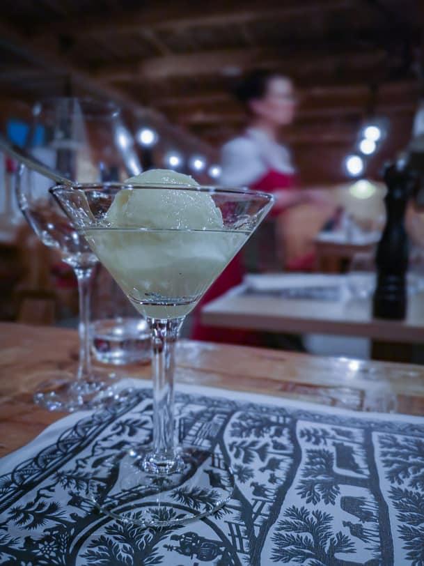 Sorbetdessert im Restaurant Carnotzet L'Aigle