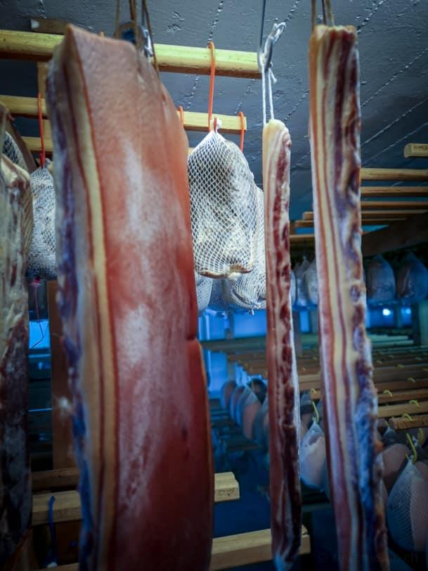 Gepökelter Speck und Bündnerfleisch beim trocknen