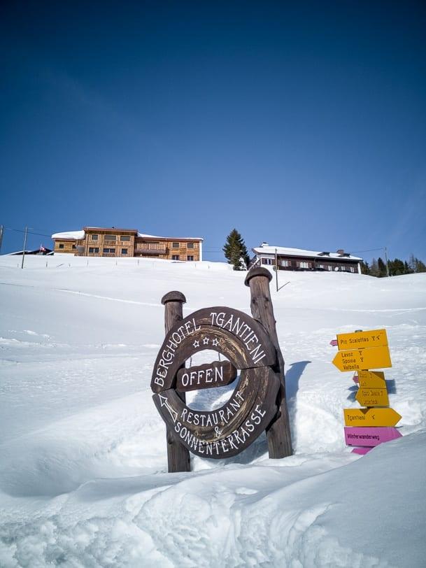 Wegweiser zum Berghotel Tgantieni
