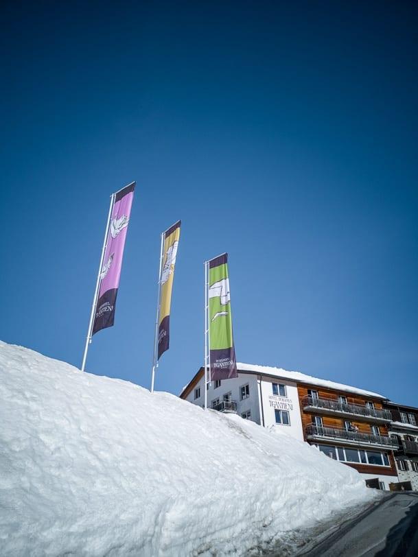Winterliches Berghotel Tgantieni