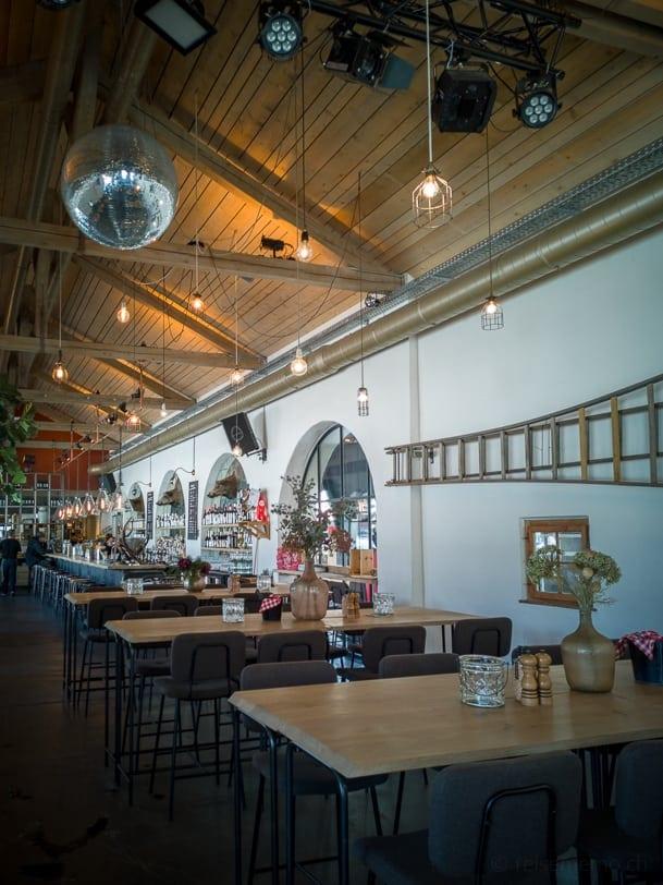Hochtische im Restaurant Güterschuppen Arosa
