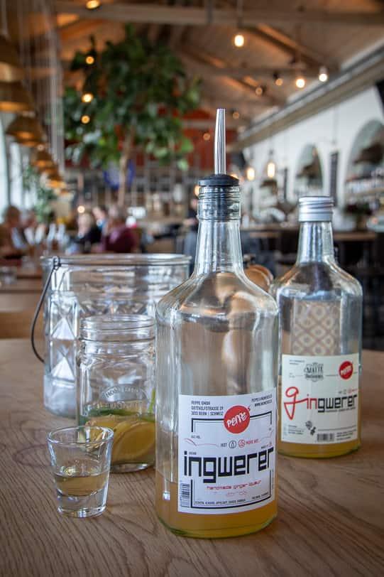 Ingwerer Likör und Gingwerer Gin im Güterschuppen Arosa