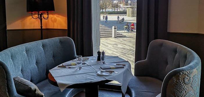 Gedeckter Tisch der Brasserie Schiller mit eleganter Sitzgruppe