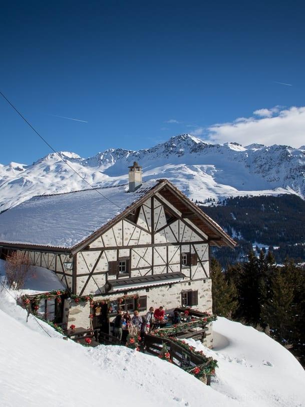 Terrasse des Bergrestaurants Spoina am Tgantieni Höhenweg
