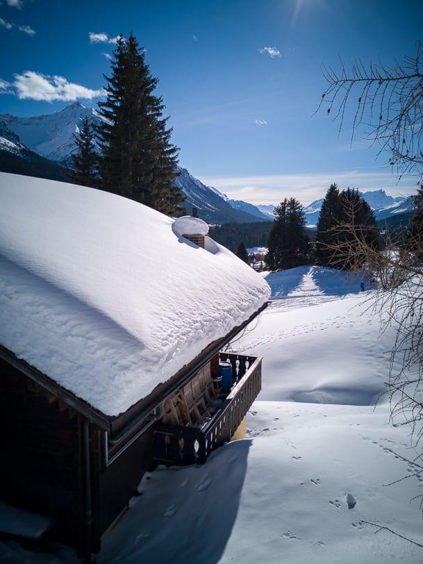 Verschneites Chalet bei Valbella