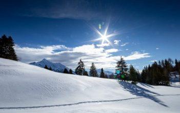 Winterlicher und sonniger Tgantieni Höhenweg