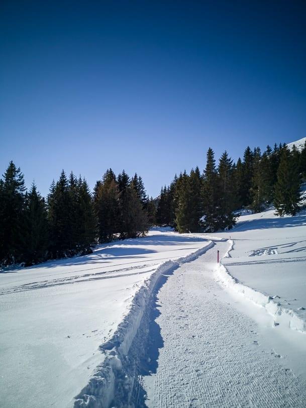 Sonnige Winterwanderung entlang des Tgantieni Höhenwegs