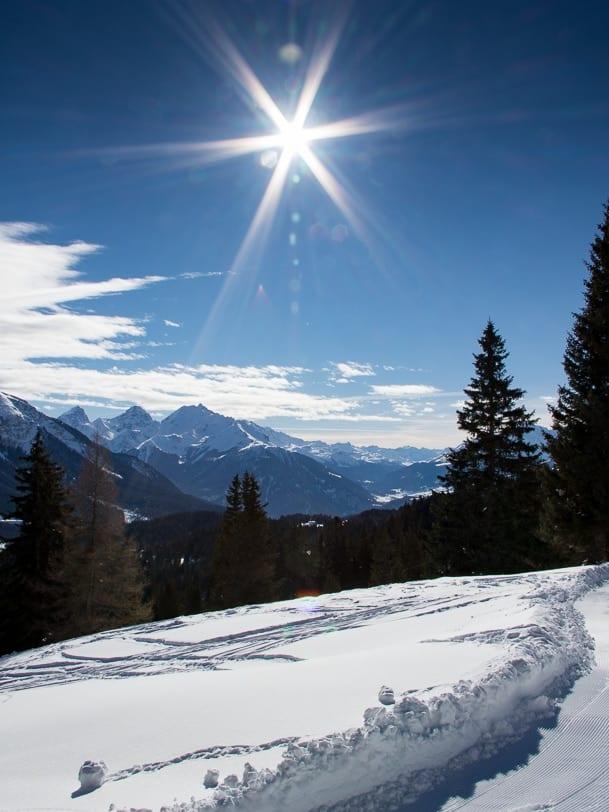 Sonniger und verschneiter Tgantieni Höhenweg
