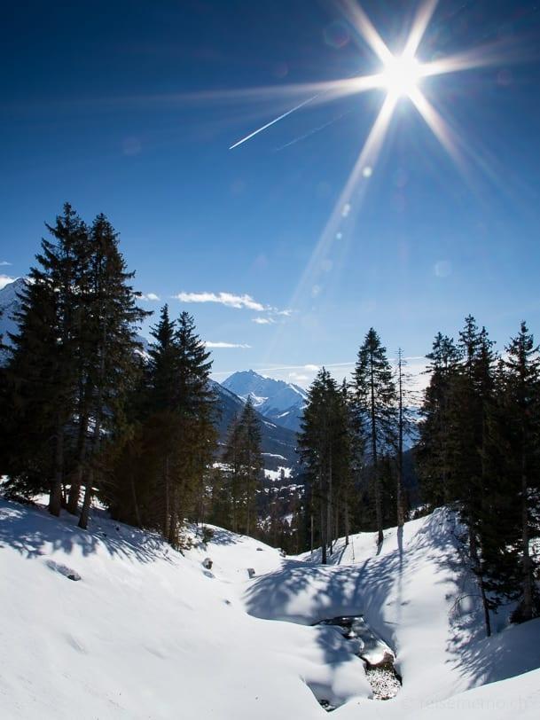 Verschneiter Tobel am Tgantieni Höhenweg
