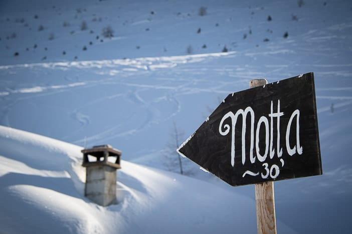 Wegweiser: Noch 30 Minuten bis zur Motta-Hütte