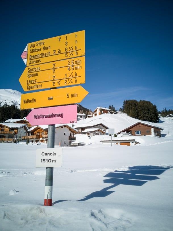 Winterlicher Wegweiser in Canols/Valbella