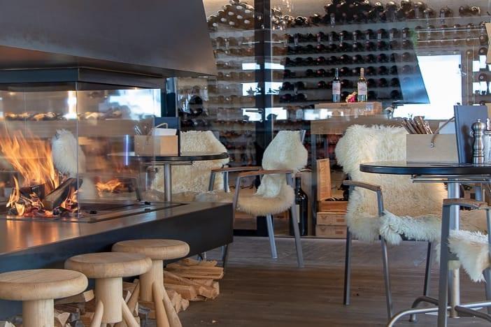 Motta Cheminée und Weinschrank der Lounge