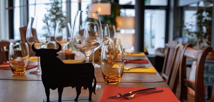Stier auf dem Tischgedeck der Gummelstube