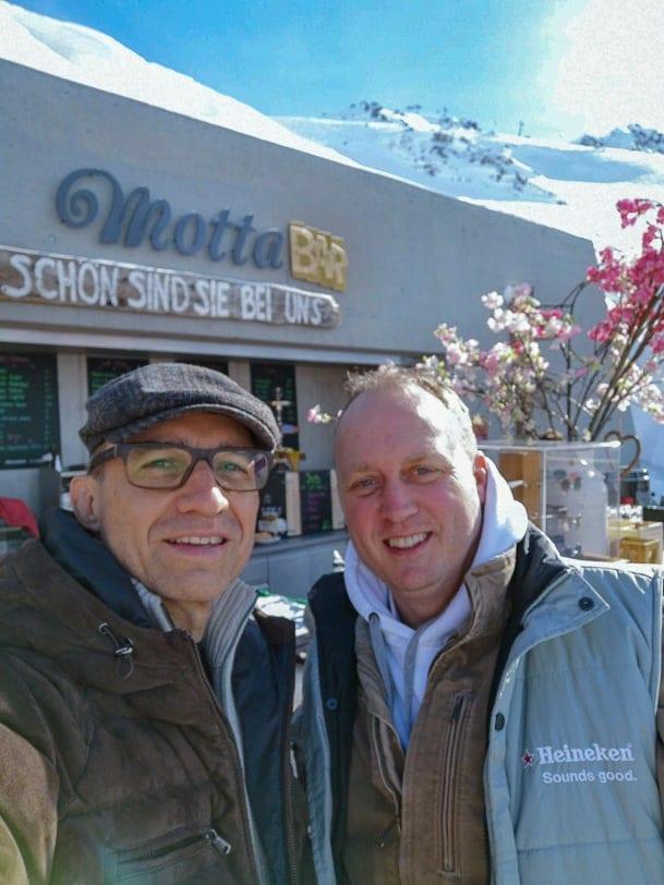 Walter Schärer und Patrick C. Price an der Motta Bar