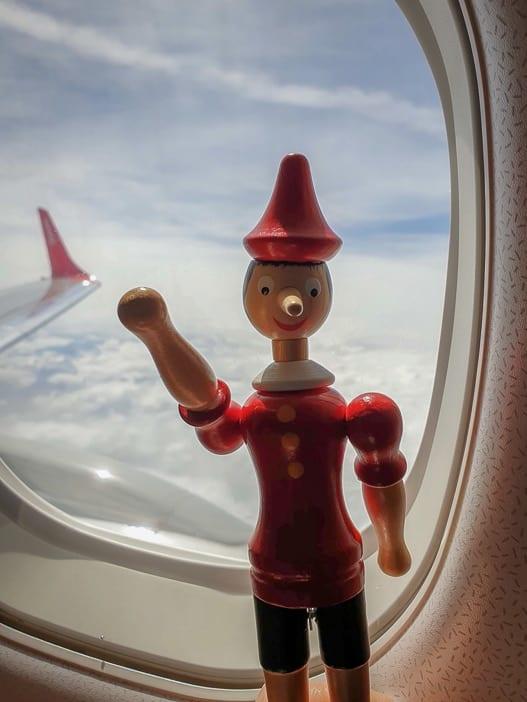 Pinocchio im Flugzeug