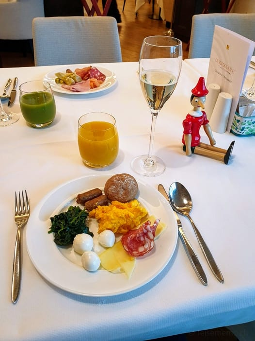 Pinocchio beim Frühstück