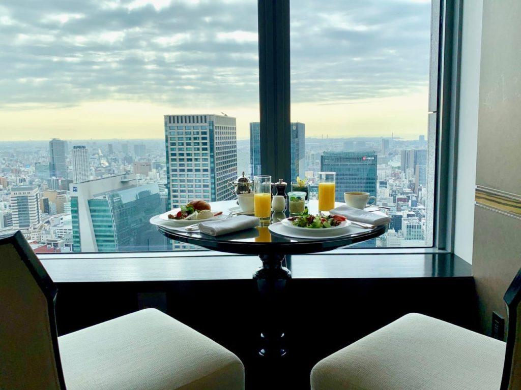 Frühstück am Fenster des Shangri-La Tokyo, die Sonne geht auf