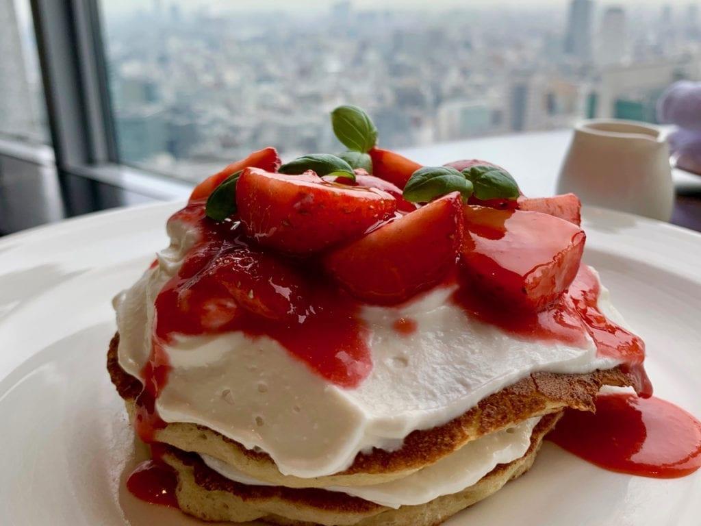 Pancakes mit Erdbeeren zum Frühstück