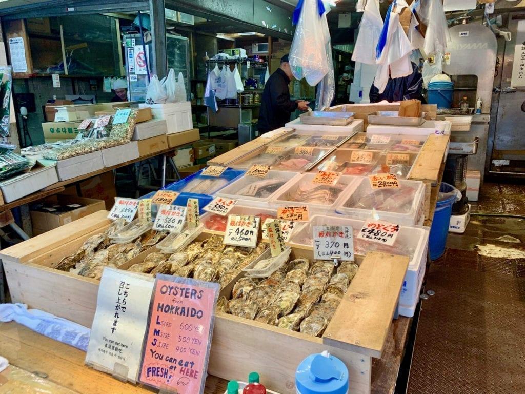 Verkaufstisch mit frischen Austern aus Hokkaido