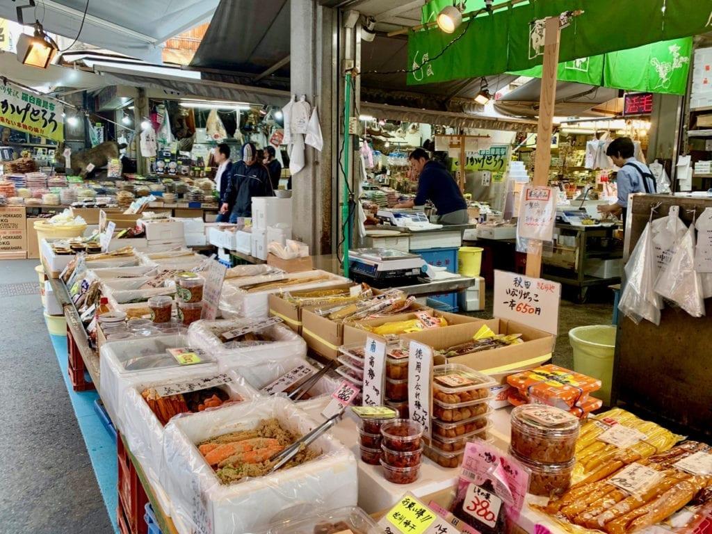 Verkauftisch mit allerlei eingelegten Fischen und Gemüse