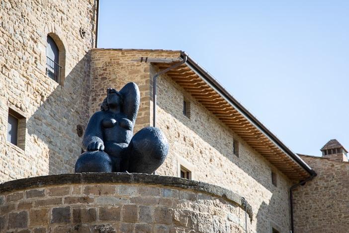 Borgo Castelfalfi mit Skulptur von Franco Mauro Franchi