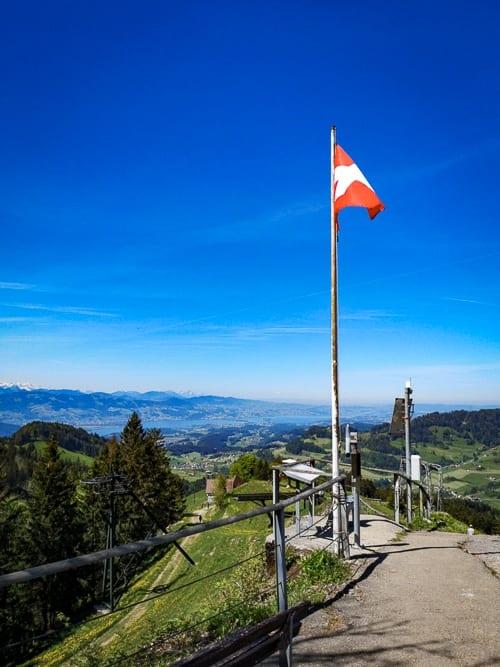 Schweizerfahne auf dem Atzmännig mit Sicht auf Rapperswil und den Zürichsee