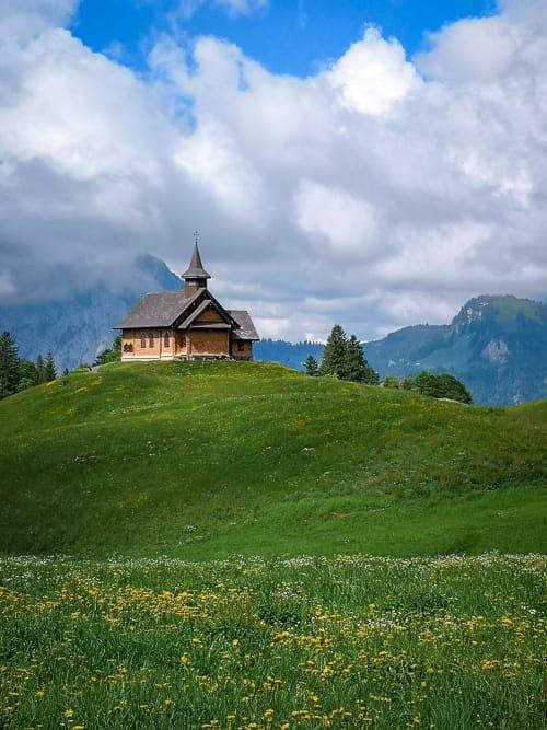 Bergkapelle Stoos vor nebligem Mythen