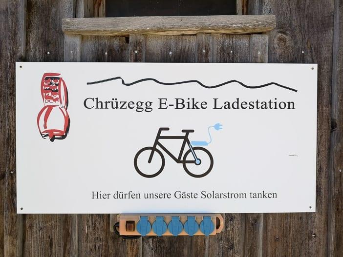 Ladestation für E-Bikes beim Bergrestaurant Chrüzegg