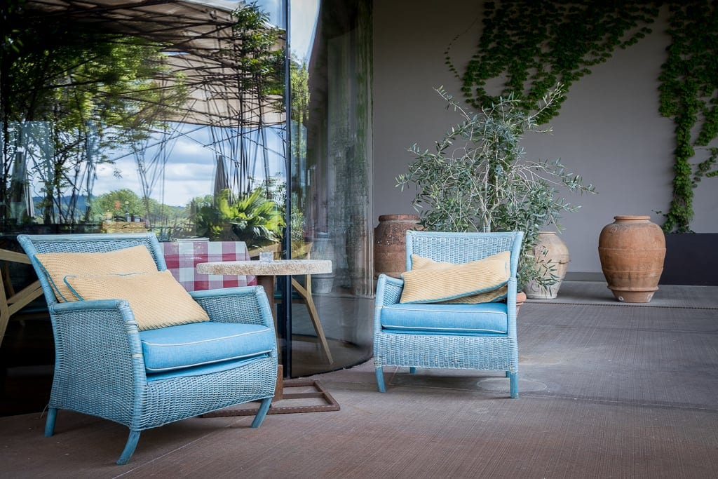 Tisch und Sessel vor dem Rinuccio Restaurant