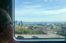 Blick aus dem Zugfenster auf die Landschaft