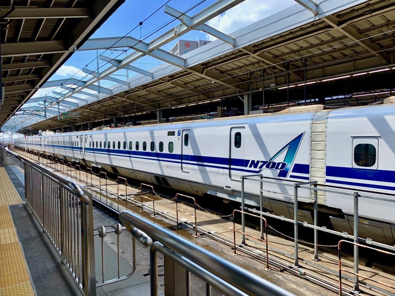 Ein Shinkansen Zug steht im Bahnhof in Kyoto