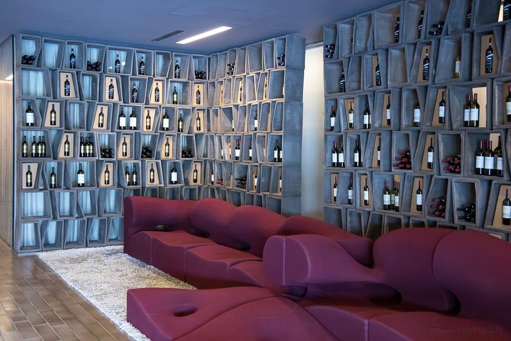 Lobby der Cantina Antinori mit Sofa und Weinflaschen