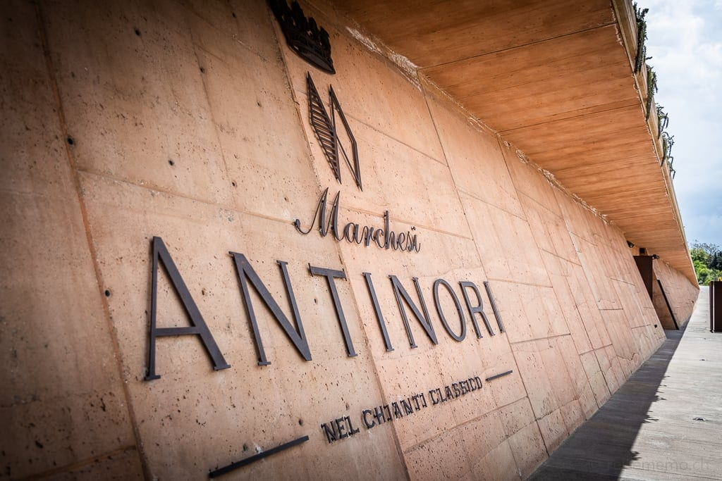 Logo der Marchesi Antinori in der Betonwand der Weinkellerei