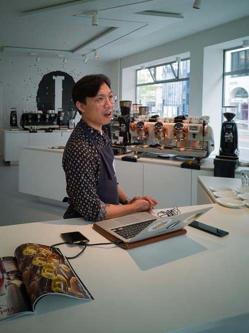 Barista Milo Kamil präsentiert das Coffee Lab Zürich