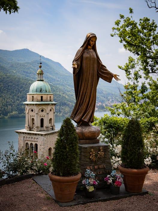 Statue bei der Kirche S. Maria del Sasso