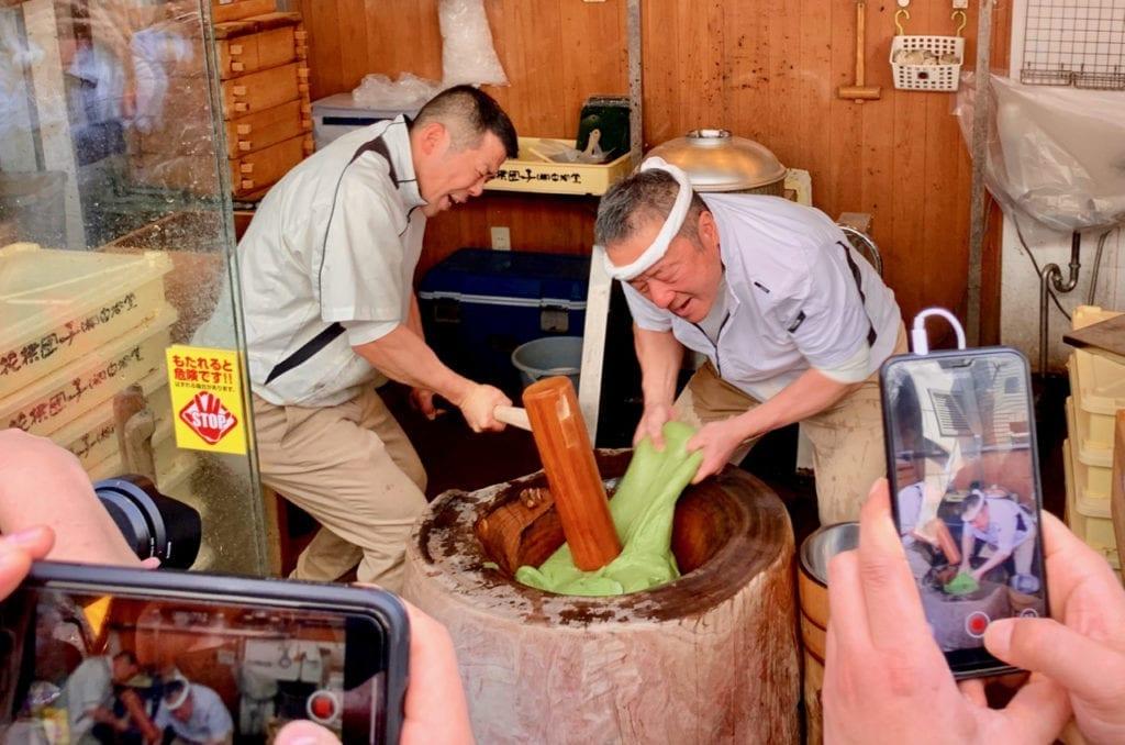 Traditionelle Herstellung des Mochi Teigs