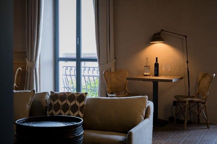 Sofa und Weinflasche in der Lounge