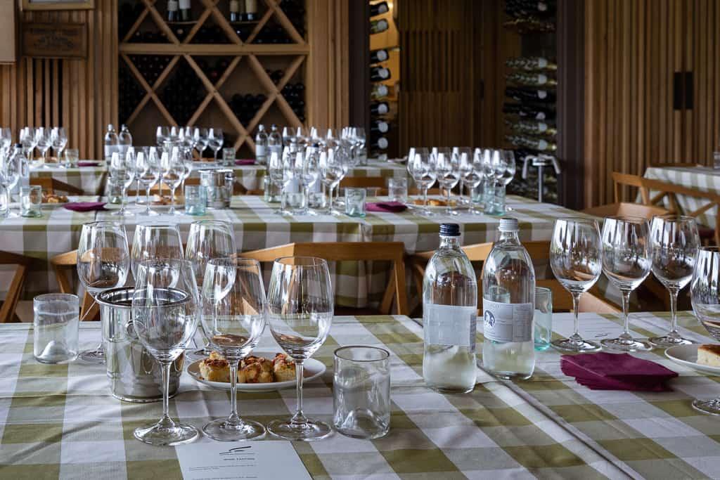 Für Weindegustation gedeckte Tische im Restaurant Rinuccio 1180